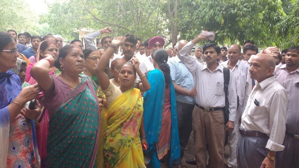 Evictees not considered for plot allotments erupted in anger against Huda.