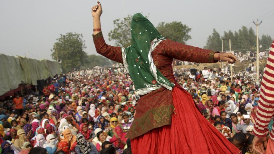 Women dance during the Jat dharna in Jassia village in Rohtak .  (Manoj Dhaka /  HT Photo)
