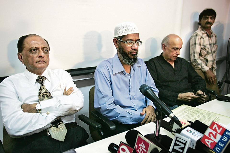 Zakir Naik with filmmaker Mahesh Bhatt (right) and advocate Majid Menon (left) at a press conference in Mumbai.