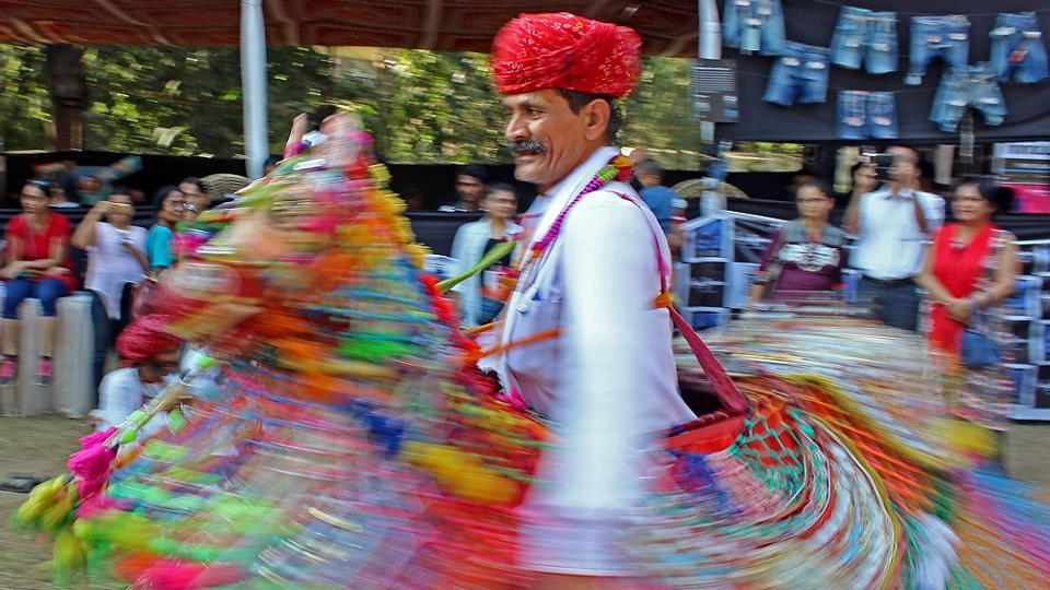 A traditional artiste shows how it's done. (Satyabrata Tripathy/Hindustan Times)