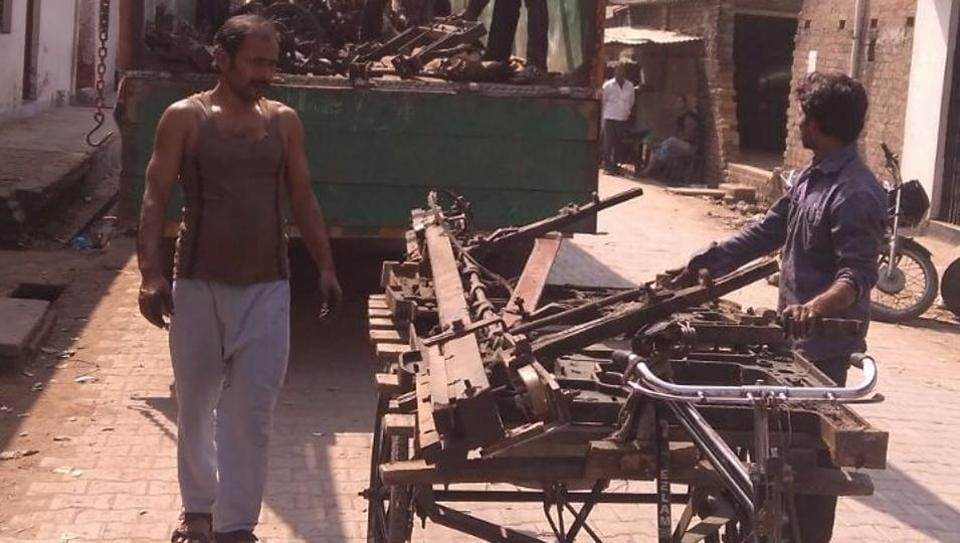 With many powerloom units having closed down due to losses, weavers are forced to sell costly machines to scrap dealers at throwaway prices.