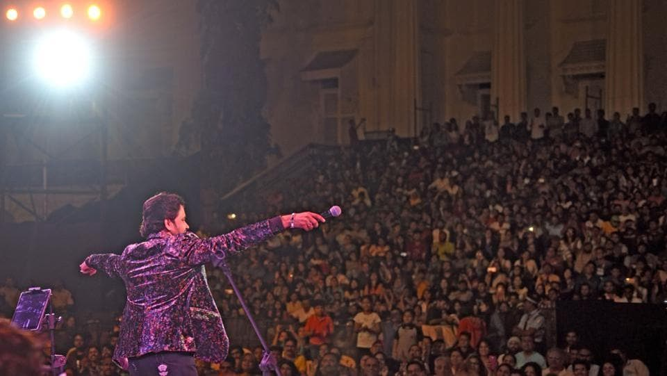 Singer Javed Ali during his concert at the festival on Sunday. (Pratik Chorge/HT PHOTO)