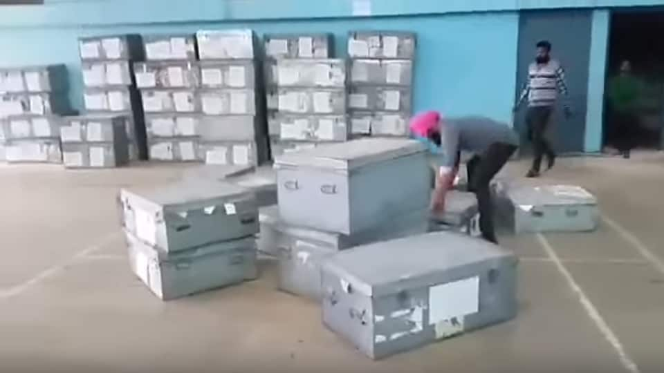 A video shot by an AAP volunteer and tweeted by Arvind Kejriwal shows some men removing trunks that carried old EVMs in Patiala on Monday.