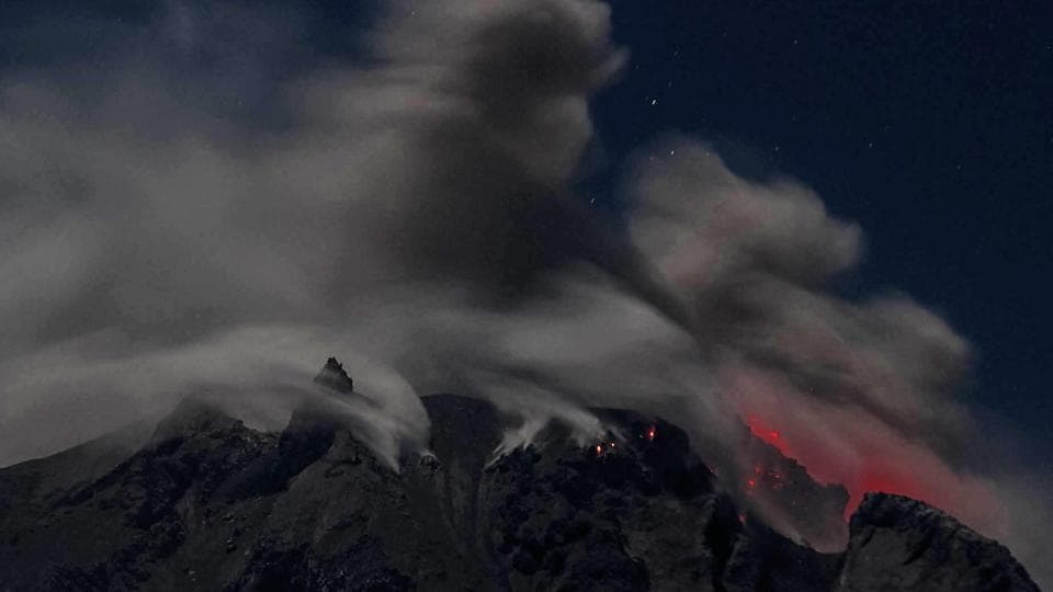 Huge columns of smoke hung over Mount Sinabung and the surrounding area, including an elementary school where children played in the shadow of the towering volcanic cloud. (STR/ AFP Photo)