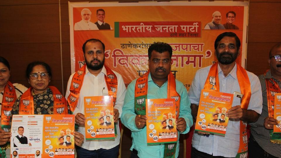 BJP minister Ravindra Chavan (third from right) and MLA Sanjay Kelkar (extreme right) release the manifesto.