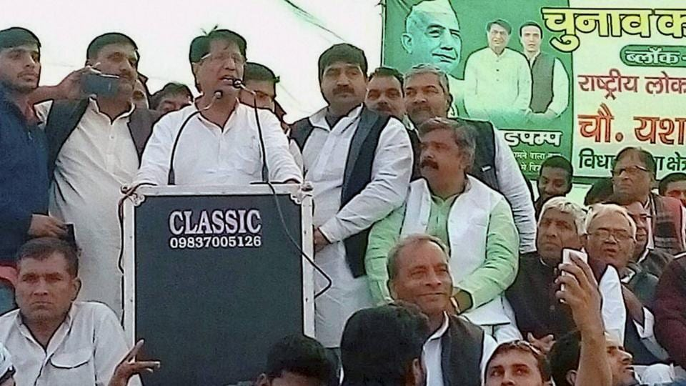 Rashtriya Lok Dal chief Ajit Singh addresses an election rally in Meerut on  Feb 7, 2017.  Ramkumar Kashyap, the  RLD candidate from UP's Nakur, announced that he has joined the BJP just two days before the second phase of assembly election on Feb 15,