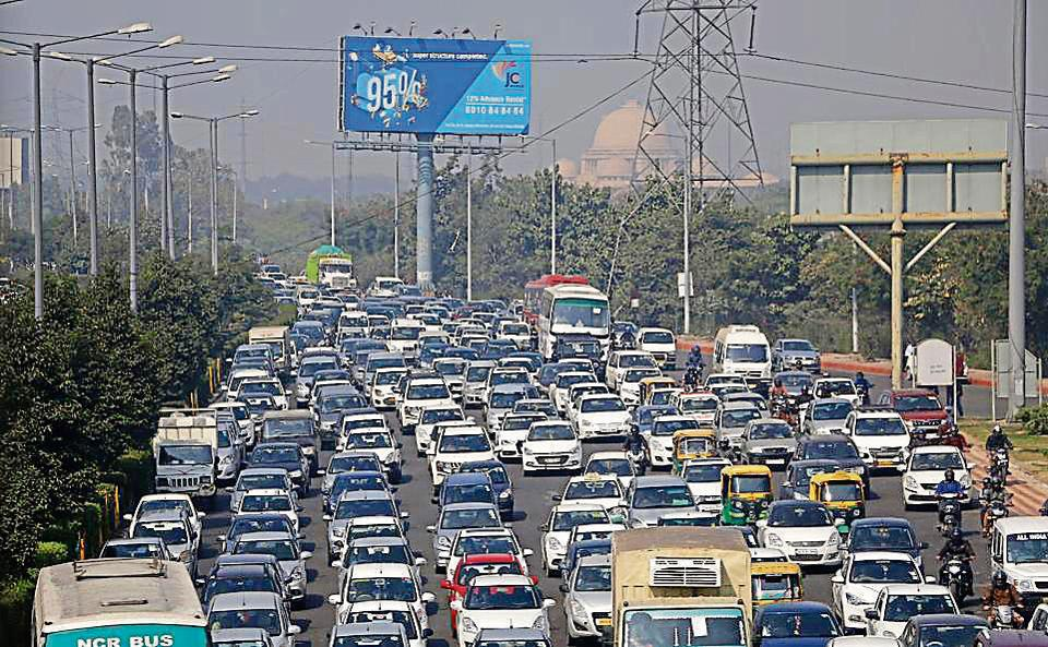 A goods carrier broke down on the Kalindi Kunj bridge causing severe traffic congestion from Delhi to Noida till the evening on Tuesday.