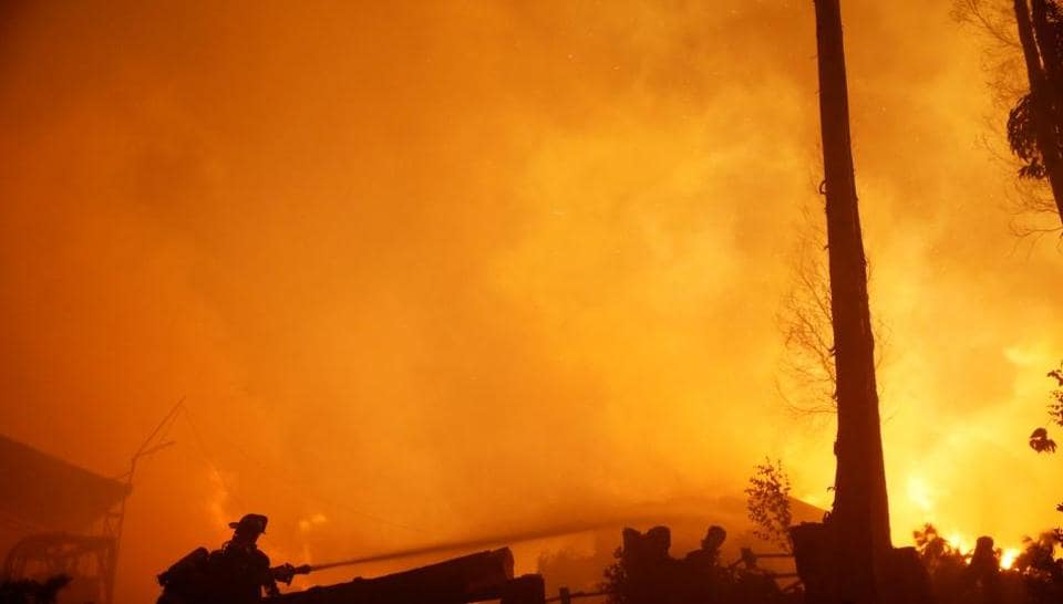 Hundreds of people in the New Zealand city of Christchurch were evacuated from their homes as wildfires threatened some suburbs.