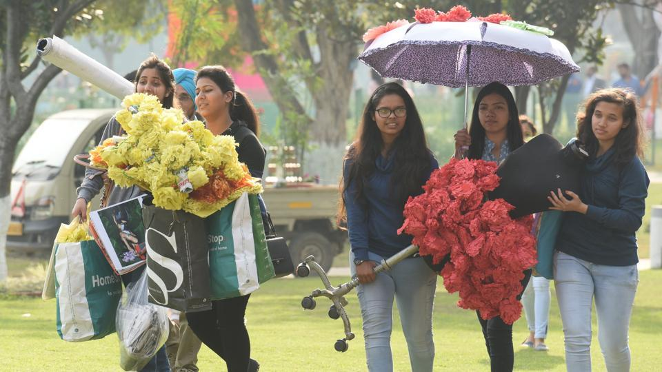 Youngsters making preparations for the Rose Festival.  (Sanjeev Sharma/HT Photo)