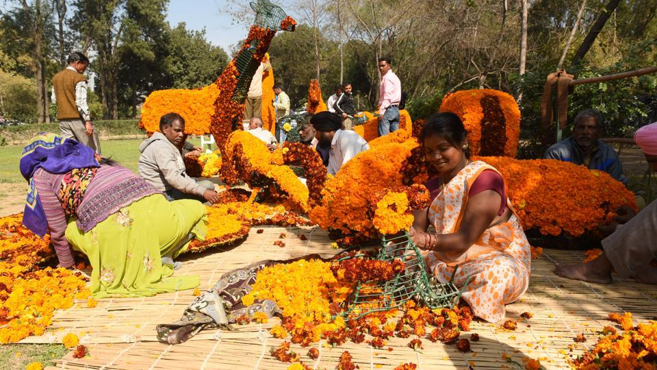 Flowers aplenty: Workers decorating the garden ahead of the rose festival.  (Sanjeev Sharma/HT Photo)