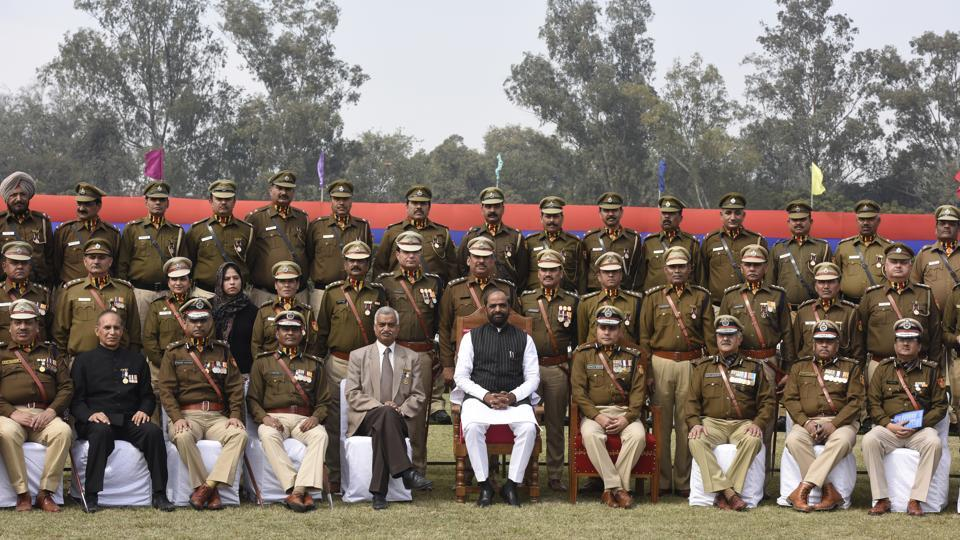 Minister of State Home Affairs Hansraj Gangaram Ahir, with Delhi Police commissioner Amulya Patnaik and other officers pose for a group photo at the 70th Delhi Police Raising Day.  (Sonu Mehta/HT PHOTO)