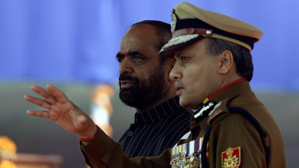 Minister of State Home Affairs, Hansraj Gangaram Ahir, and Delhi Police commissioner, Amulya Patnaik, watch the parade.  The system of appointed Kotwals ended in 1857, after the First War of Indian Independence. (Sonu Mehta/HT PHOTO)