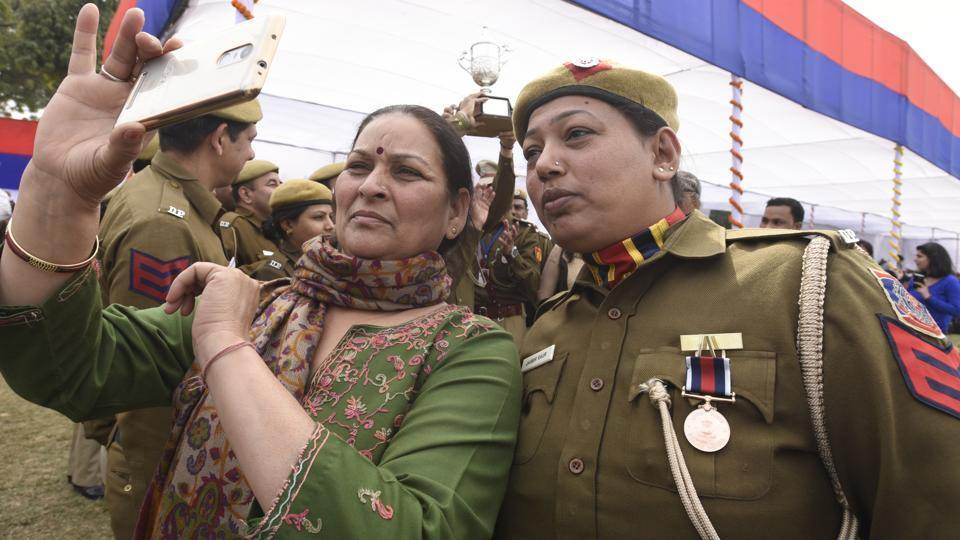 A winner of president police medal takes a selfie with a relative during the event. Delhi Police has often struggled to shrug off its tag of apathy and corruption that it has come to be associated with.  (Sonu Mehta/HT PHOTO)
