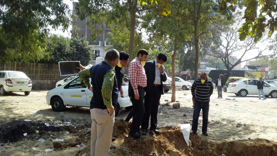 MCG Commissioner V Umashankar inspecting de-silting work in Sector 40.