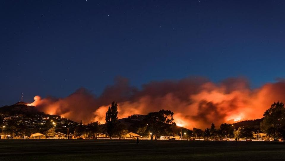Raging wildfires near a suburb of Christchurch in New Zealand's South Island. Civil defence officials declared a state of emergency in the South Island city late last night as two blazes that had been smouldering for days merged into a single giant fire-front.  (/Mark Hannah  / REUTERS)