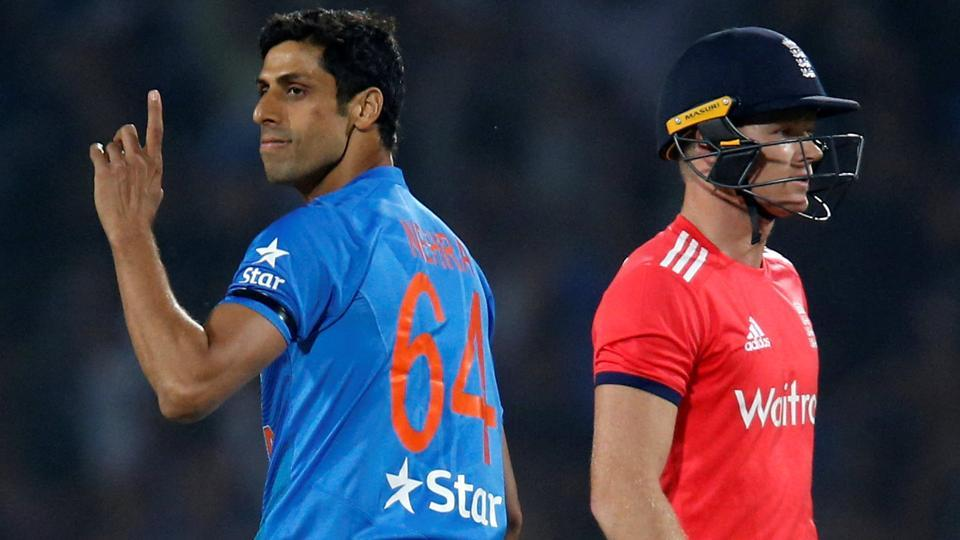 Ashish Nehra (L) wants to be a part of the India squad for the upcoming ICC Champions Trophy.