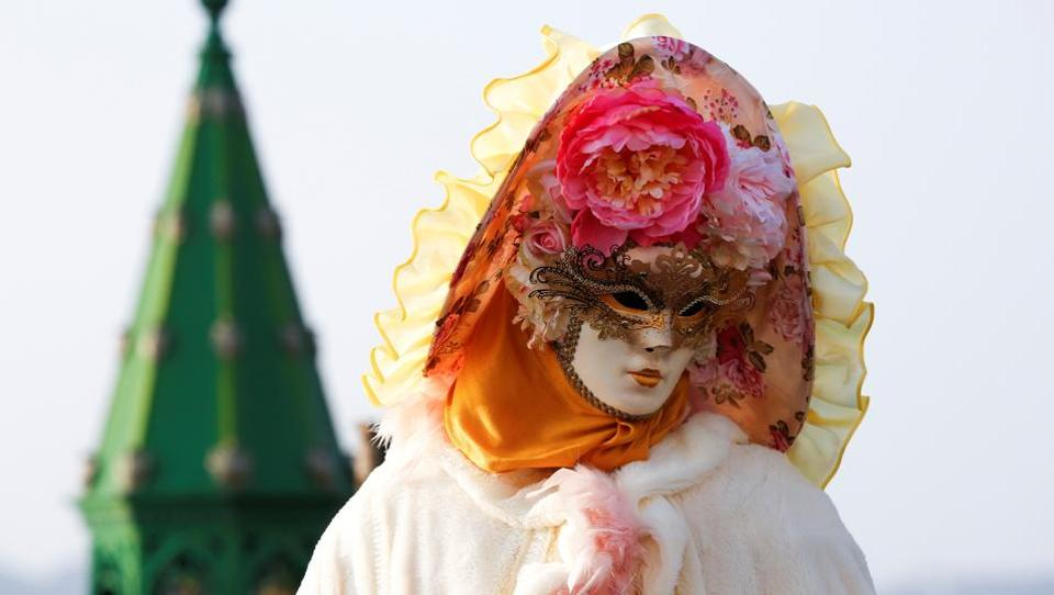 A reveller poses in Saint Mark's Square during the Carnival in Venice, Italy on February 18, 2017.  (Alessandro Bianchi  / REUTERS)