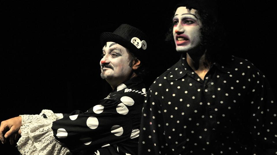 Actor Vinay Pathak performing Macbeth play at Tagore theatre in Chandigarh, on Sunday. (Ravi Kumar/HT photo)