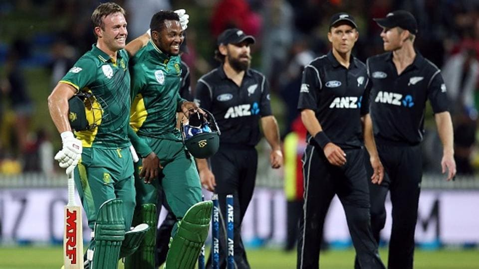 AB de Villiers (L) and Andile Phehlukwayo celebrate after winning the one-day international (ODI) cricket match between New Zealand and South Africa.