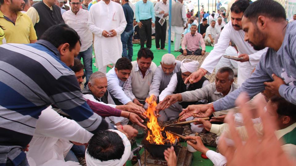 The Jat community members conducted a havan (fire ritual) during the protest near Daultabad flyover on Sunday.