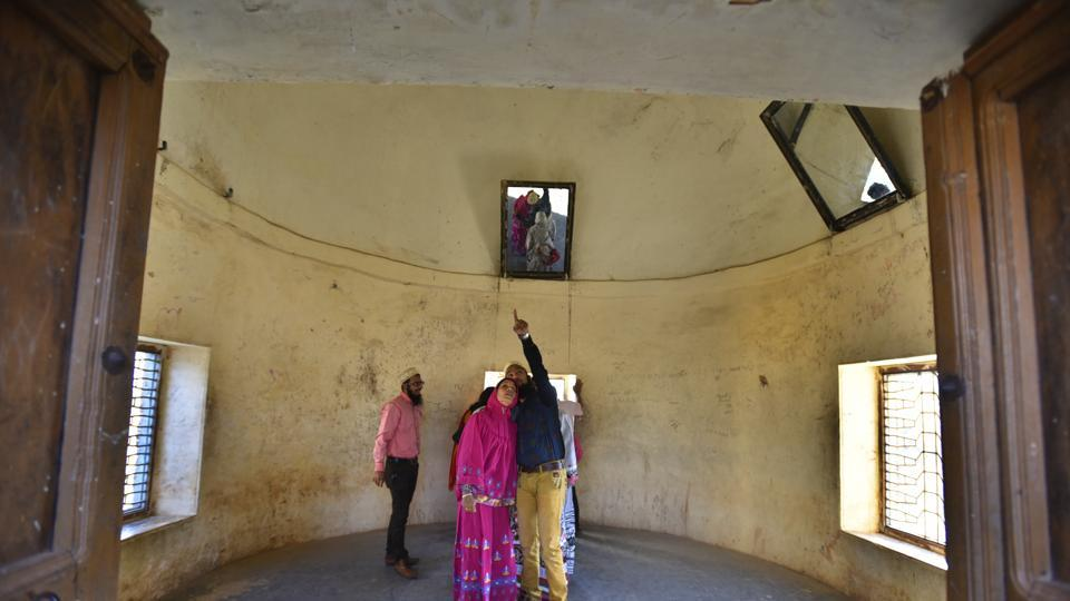 Visitors observe a room where legend says  Alauddin Khilji spotted Padmavati in a mirror. (Raj K Raj/HT PHOTO)