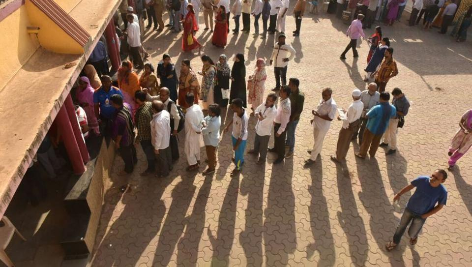 Some stood in scorching sun to cast their vote. (PRATHAM GOKHALE/HT)