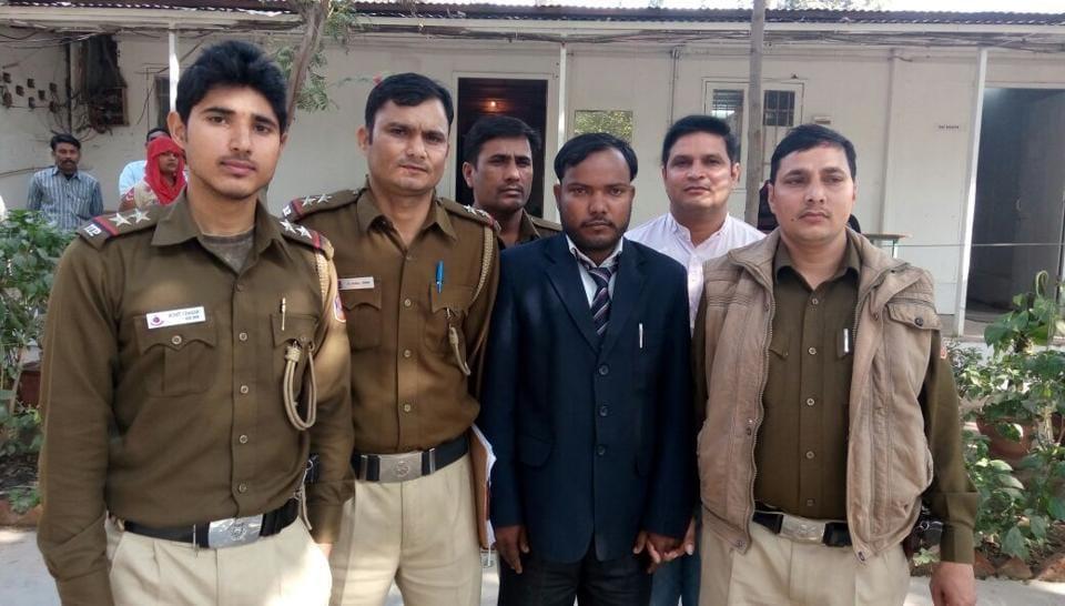 Conman held,Lawyer arrested,Delhi crime