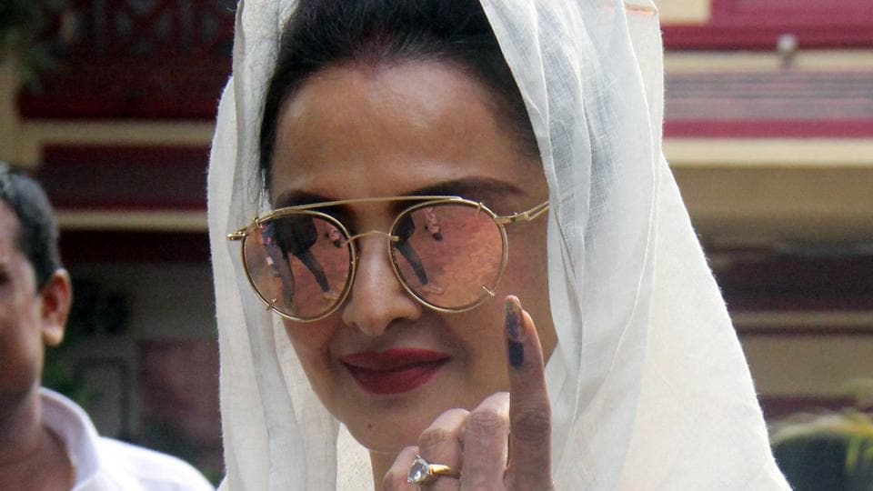 Actor Rekha was among the first ones from Bollywood to cast her vote. (Pramod Thakur/HT PHOTO)