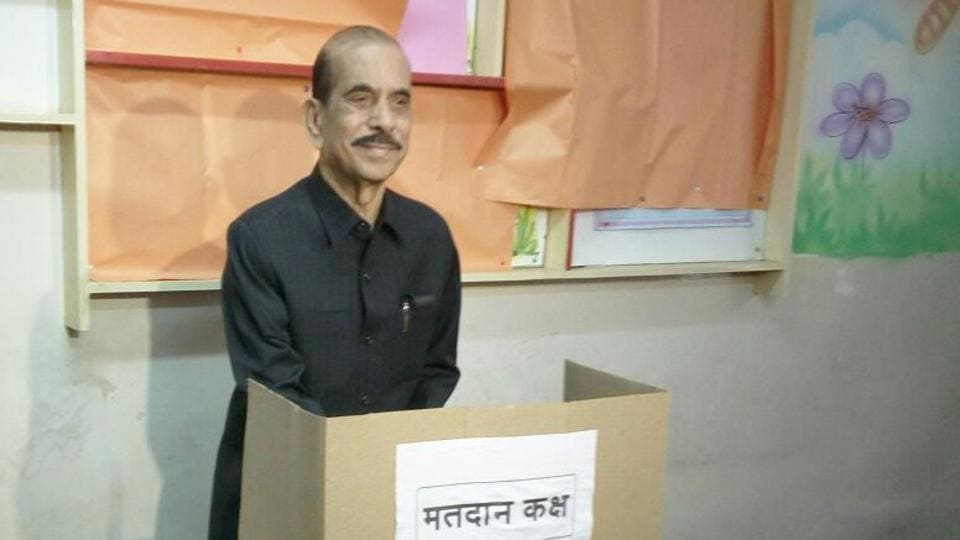 Shiv Sena leader and former Lok Sabha speaker Manohar Joshi casts his vote at Bal Mohan School, Dadar on Tuesday. (Vijayanand Gupta/HT PHOTO)