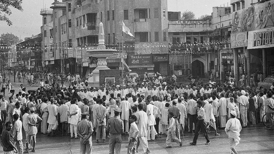 A crowd gathers on Flag day in August 1972 near a fountain in Old Delhi.