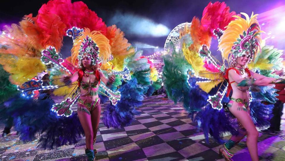Dancers perform during the 133rd edition of the Nice Carnival in Nice, southeastern France.  (VALERY HACHE/ AFP)