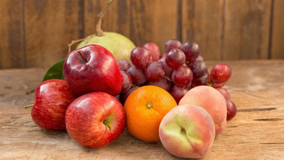 While apples, pears, green leafy vegetables and peppers seemed to exert the strongest influence and depress the risk, no such associations were found of eating berry fruits, bananas, citrus fruits, cruciferous and root vegetables, tomatoes, onions, garlic or green peas,