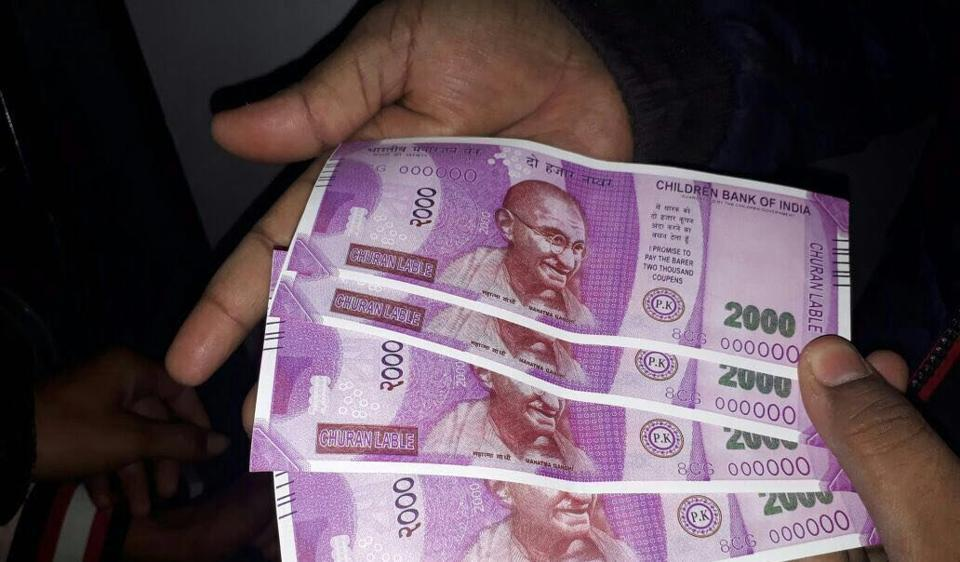 New Delhi: Fake notes of Rs 2000 which were dispensed by an SBI ATM in south Delhi on Wednesday. PTI Photo STORY: DS 54) (PTI2_22_2017_000235B)