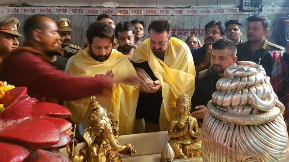 Sanjay Dutt is currently shooting for Bhoomi in Agra. Here he is offering prayers at Shri Mankameshwar Mandir, Agra.