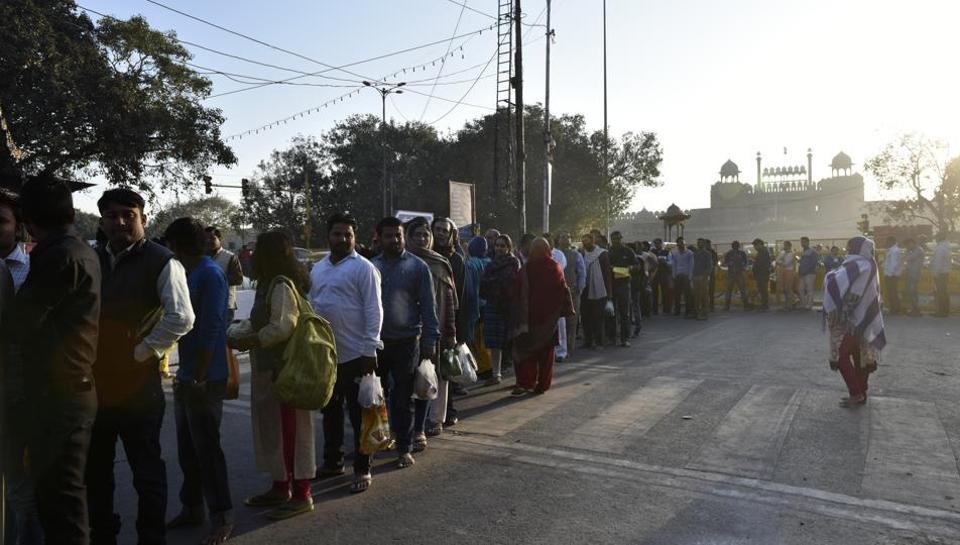 An early morning queue on the occasion of Maha Shivratri devouts thronged the Gauri Shankar Mandir in Old Delhi. (Saumya Khandelwal/HT PHOTO)
