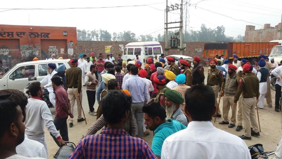 Ferozepur police dispersing the crowd.