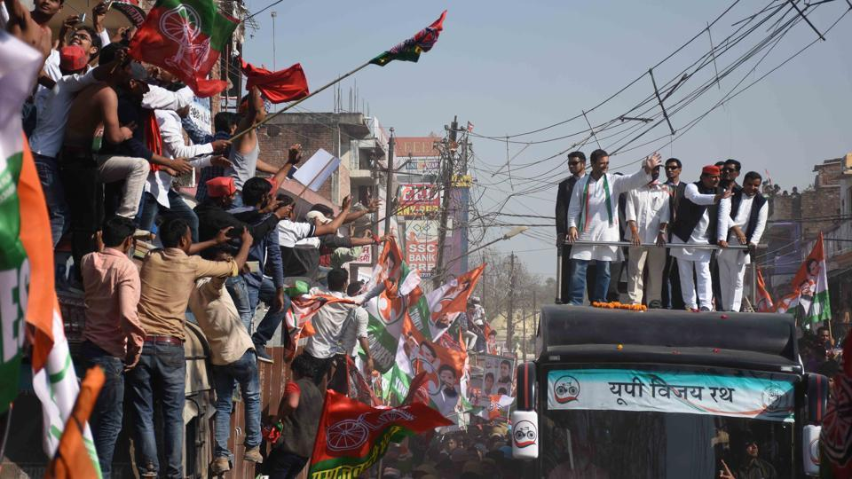 Uttar Pradesh Chief Minister Akhilesh Yadav and Congress vice-president Rahul Gandhi during an election campaign in Allahabad.  (Ashok Dutta/HT Photo)
