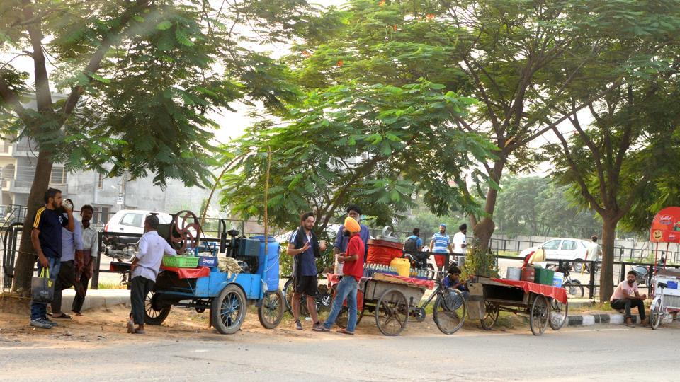 The challan drives were stopped after the MC decided to get a survey conducted; even as the survey was completed in September 2016, no attempt has been made to regulate street vendors. Revenue from enforcement department has also dipped by 90%.
