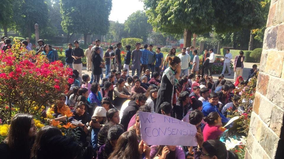 Even as the governing council of St Stephen's College met onSaturday to discuss application for autonomous status, around 500 students signed a petition and sat in protest against the Delhi University's move to grant autonomy to constituent colleges.