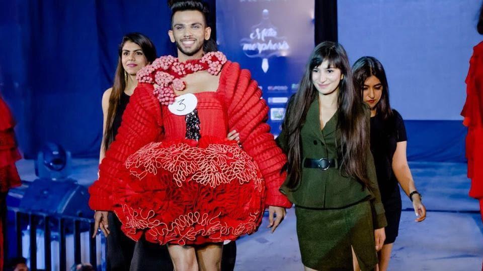 Eshan Hilal walks with designers Devanshi Tuli, Tamanna Mehra, Sonal Bhardwaj, Mansi Dua on the ramp at NIFT's annual cultural fest, Spectrum.