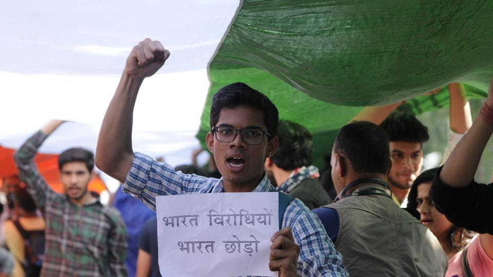 Students raised slogans against Left-leaning students organisation such as All India Students Association (AISA) and alleged that students from JNU had come to campus on Wednesday and indulged in violence. (Burhaan Kinu/HT PHOTO)