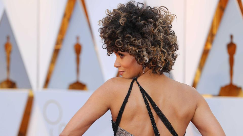 Halle Berry sizzles at the red carpet at the 89th Academy Awards 2017. (REUTERS)