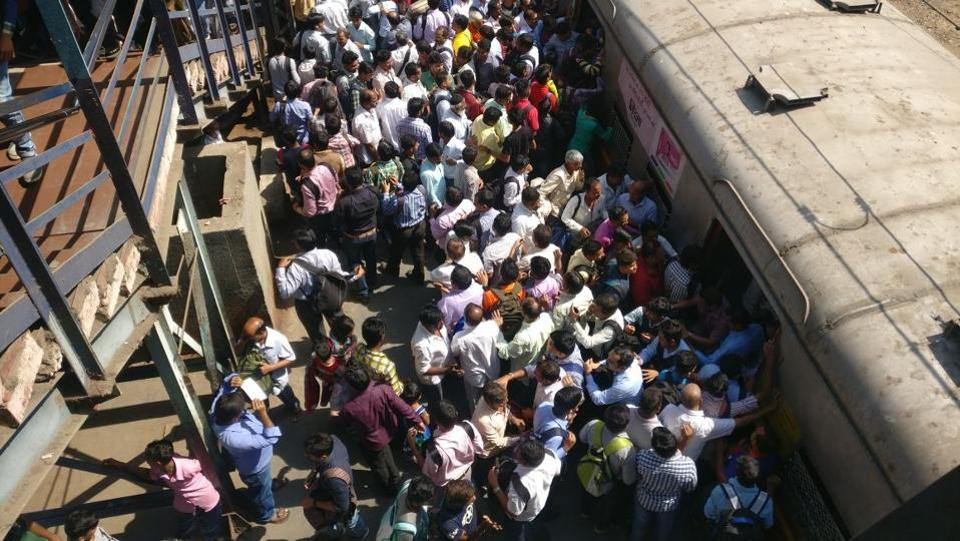 Commuters board  the special train which started from Kurla to Panvel, after four bogeys of a goods train derailed near GTB Nagar railway station . (HT Photo)