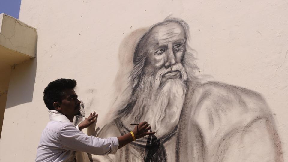 Jai Prakash drawing Plato's sketch on philosophy department wall in Lucknow University on Sunday.