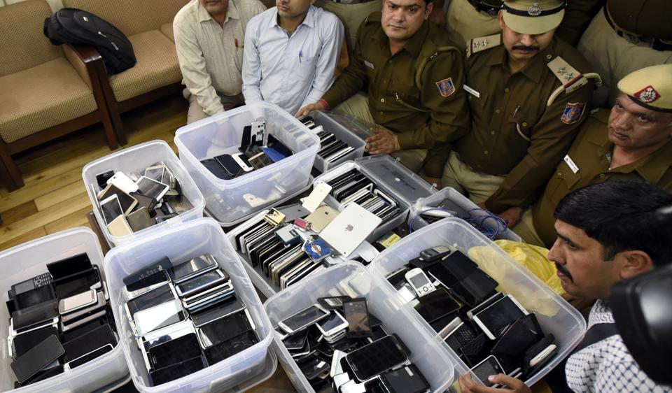 Delhi police show the 705 smart phones after arresting a gang of phone thieves. Eight, including pickpockets, receivers and engineers who used to change IMEI number, have been arrested.