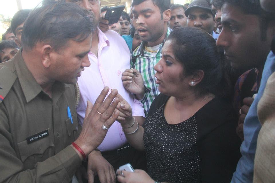 Gurgaon woman beats cops,woman thrashes policemen,policemen thrashed