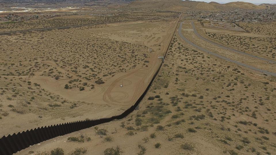An aerial view of the metal fence between Mexico (L) and the United States in Puerto Anapra, Chihuahua state.  (YURI CORTEZ / AFP)