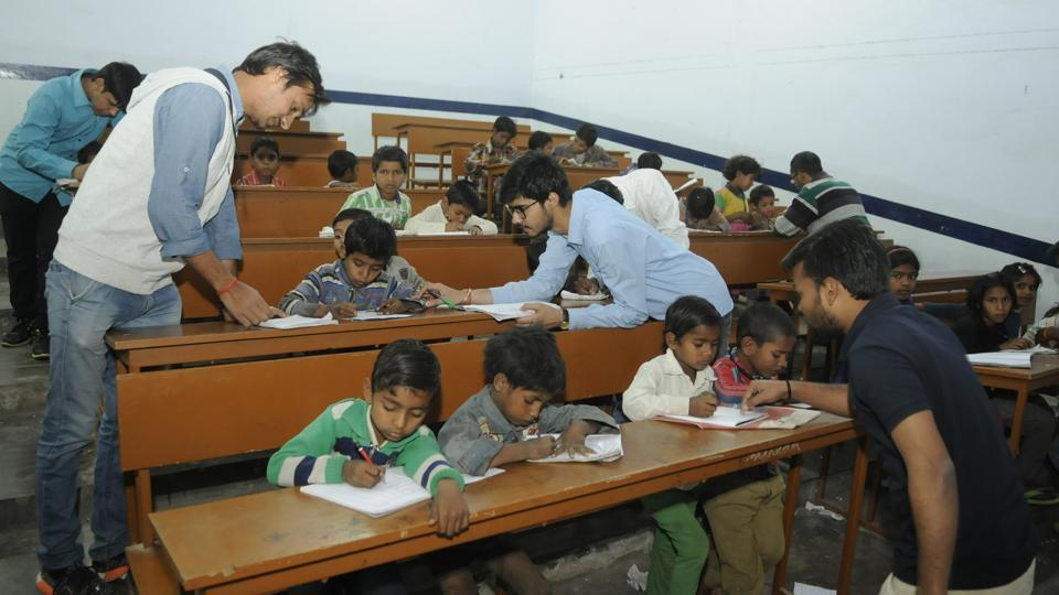 Every evening, nearly 100 engineering students of IET Lucknow go out to the slum areas nearby and identify children in the age group of three to five years.