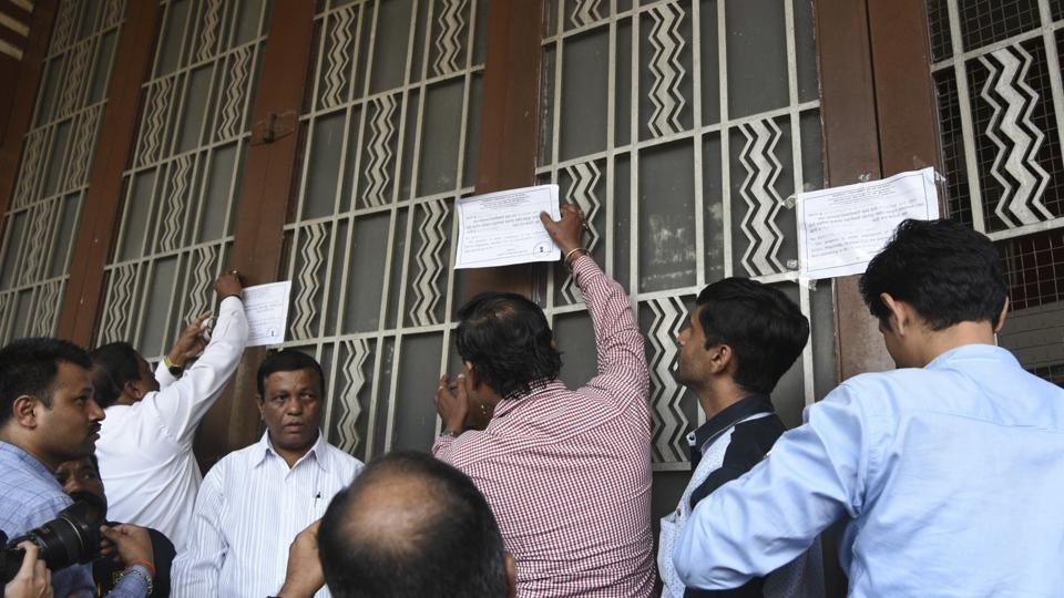 Officials from the collector's office on January 18 reached the Eros building with heavy police security and sealed the entire building.