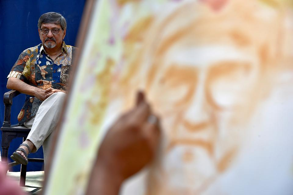 STRIKING A POSE: Actor Amol Palekar sits as artists draw his portrait on the occasion of the 160th Foundation Day of Sir JJ School of Arts in Mumbai. (Arijit Sen/HT Photo)